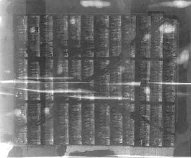 Das Übersichtsbild zeigt zu allererst eine ausgedehnte Zerstörung in Form eines X, das mit bloßem Auge nur retrospektiv erkannt werden kann.